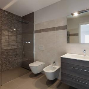 View Photo: Frameless Bath Panel