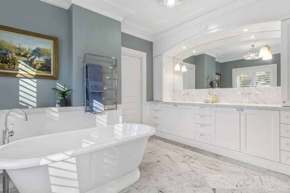 View Photo: Pymble House - Luxurious Bathtub