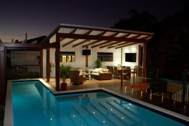 Modern Deck & Pool.