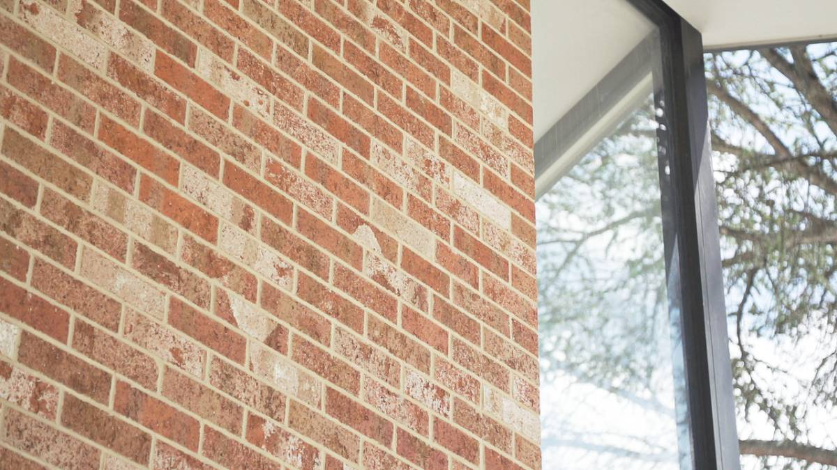 Warm tones and an excellent finish with blush bricks.