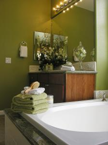 View Photo: Bathroom Complementary Colours